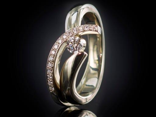 ring witgoud met diamant incrustatie en tussen de banden
