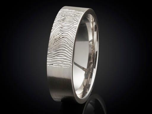 Vingerafdruk ring witgoud 6mm detail