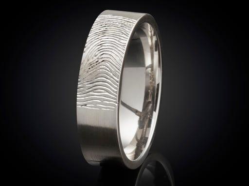 Vingerafdruk ring witgoud 4mm gravure buitenzijde