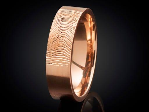 Vingerafdruk ring roodgoud 5mm gravure buitenzijde buitenkant goudsmid juwelier marijke mul haarlem