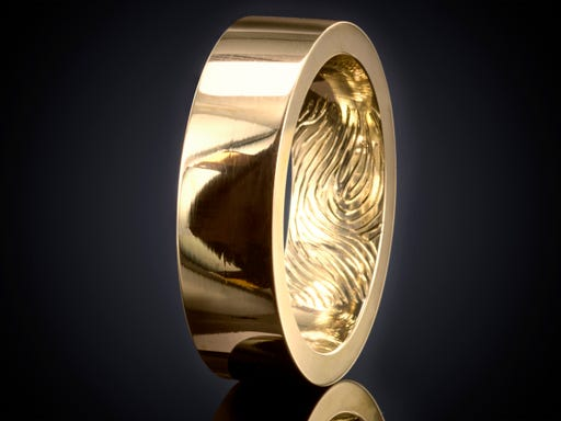 Vingerafdruk ring goud 5mm gravure binnenzijde binnenkant goudsmid juwelier Marijke Mul Haarlem