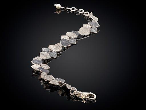 Zilveren armband met kleine organische vormen van Jeh op Sieraden in Stijl
