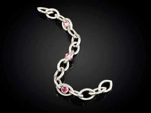 Zilveren armband Oogappel Rhodoliet ontwerp van Marijke Mul