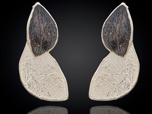 Zilveren oorstekers in de vorm van 2 blaadjes van Jeh op Sieraden in Stijl