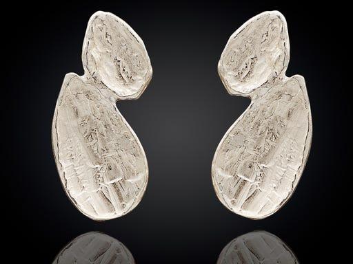 Zilveren oorstekers in de vorm van twee kleine druppels van Jeh op Sieraden In Stijl