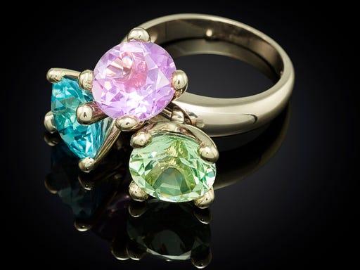 Ring Danser combi blauw, roze, groen Marijke Mul op sieraden in stijl