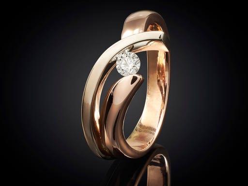 Ring golf rood- en witgoud met diamant ontwerp van Marijke Mul