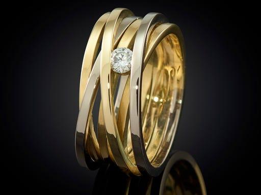 Wikkelring van wit- en geelgoud met diamant