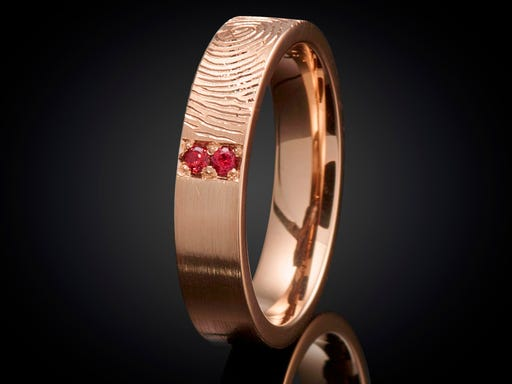 Vingerafdrukring roodgoud granaat juwelier van goudsmid Marijke Mul Sieraden in Stijl