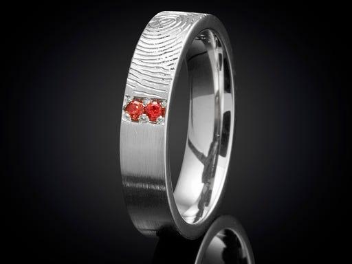 Vingerafdruk ring zilver met granaat 4mm handgemaakt in atelier Marijke Mul op Sieraden In Stijl