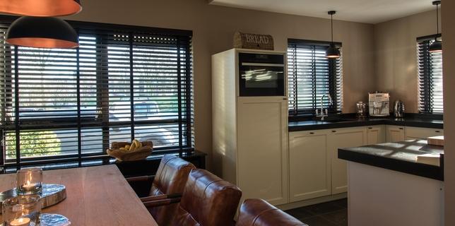 Er zijn diverse mogelijkheden raamdecoratie voor in uw keuken.