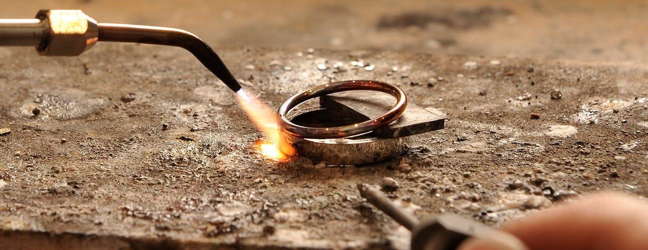 sieraad repareren restaureren herstellen vermaken vergroten verkleinen polijsten solderen steen vastzetten stenen knopen van parels opdikken van zettingen